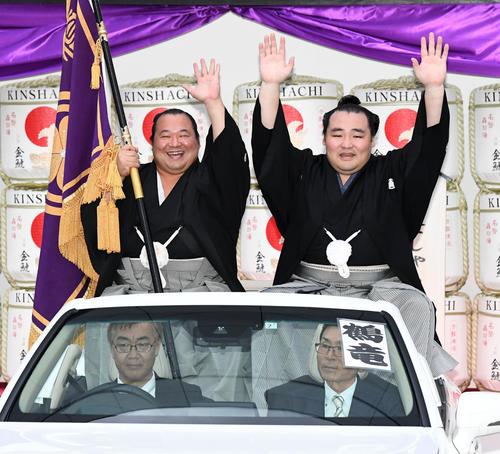 笑顔で優勝パレードに出発するる鶴竜(右)。左は豊ノ島(撮影・前岡正明)