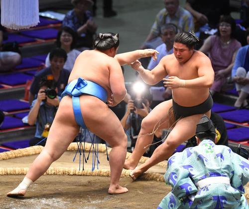 大相撲名古屋場所千秋楽 琴ノ若(左)に押し倒しで敗れる若元春(右)(撮影・森本幸一)