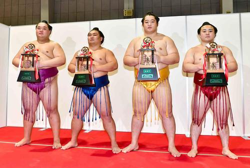 三賞受賞の力士たち。左から殊勲賞の友風、敢闘賞の照強、技能賞の遠藤、炎鵬(撮影・小沢裕)