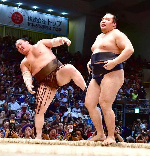 鶴竜(右)は白鵬を寄り切りで下し6度目の優勝を飾る(撮影・小沢裕)