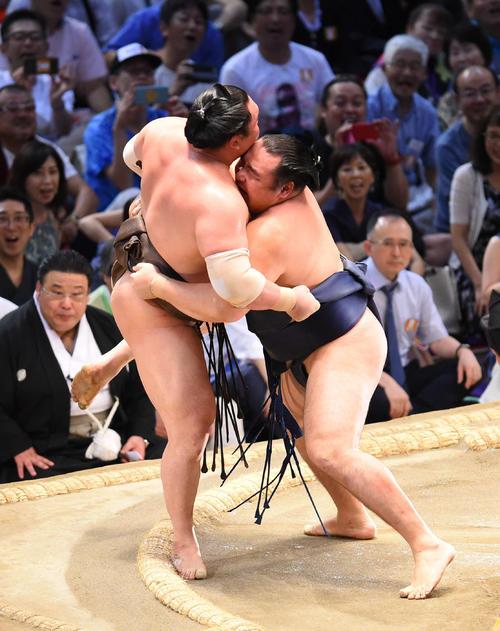 白鵬(左)を寄りきりで破り優勝を決めた鶴竜(撮影・森本幸一)