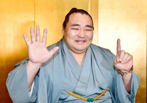 名古屋場所で通算6度目の優勝を飾った鶴竜は一夜明け会見でカメラマンの要望に応えて笑顔で「6」のポーズ(撮影・小沢裕)