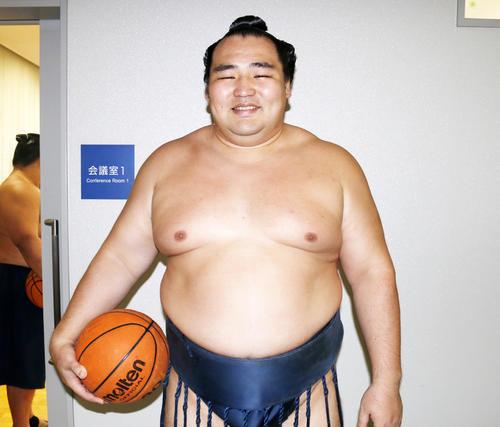 バスケットボールを片手に笑顔の鶴竜(撮影・佐藤礼征)