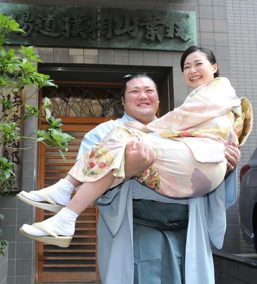 結婚会見後、部屋の前で真梨絵夫人(右)を抱え上げる豊山(撮影・河野匠)