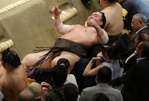 北勝富士に寄り切りで敗れ土俵下であおむけに倒れる白鵬(撮影・中島郁夫)