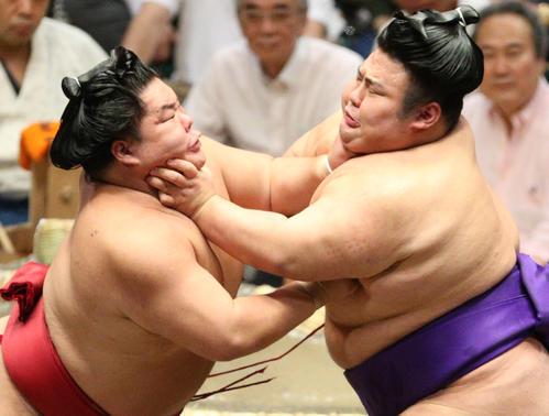 大栄翔(左)とのど輪の応酬をする貴景勝(撮影・中島郁夫)