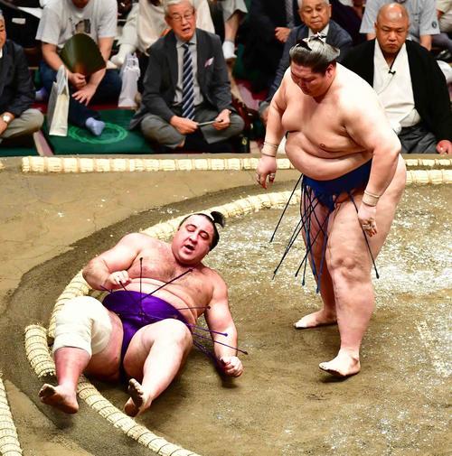 栃ノ心(左)は逸ノ城に上手投げで敗れる(撮影・小沢裕)