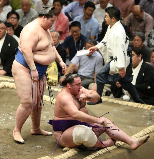 栃ノ心(右)を上手投げで破った逸ノ城(撮影・中島郁夫)