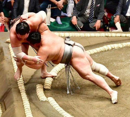 白鵬(左)は北勝富士に寄り切りで敗れる(撮影・小沢裕)