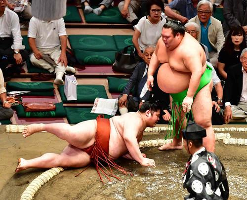 貴源治(左)は突き落としで千代丸に敗れる(撮影・小沢裕)