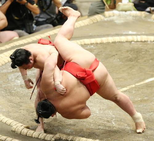 阿武咲(右)をすくい投げで破る炎鵬(撮影・中島郁夫)