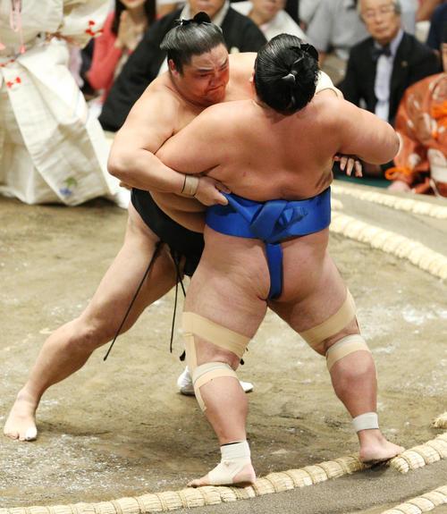 琴奨菊(右)を寄り切りで破る隠岐の海(撮影・中島郁夫)