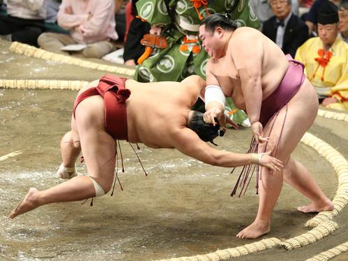 阿炎(左)を叩き込みで破る友風(撮影・中島郁夫)