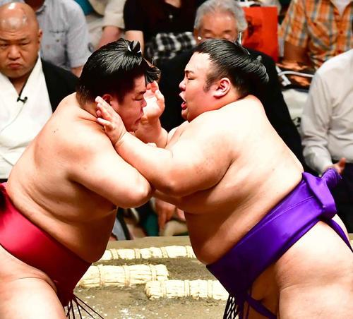 大栄翔(左)を突き押しで攻める貴景勝(撮影・小沢裕)