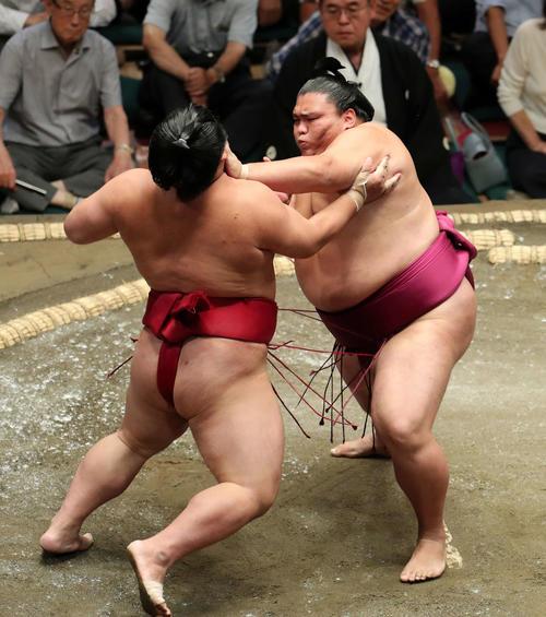 大栄翔(左)を激しく攻める御嶽海(撮影・鈴木正人)