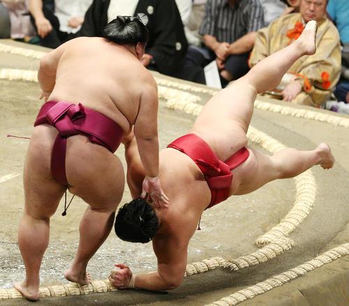 大栄翔(右)を突き落としで破る御嶽海(撮影・中島郁夫)