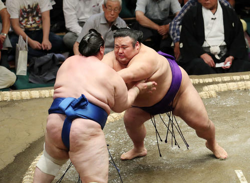 碧山(左)を激しく攻める貴景勝(撮影・鈴木正人)