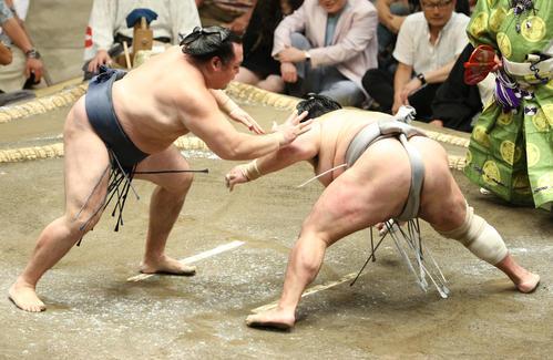 北勝富士(右)をはたき込みで破る鶴竜(撮影・中島郁夫)
