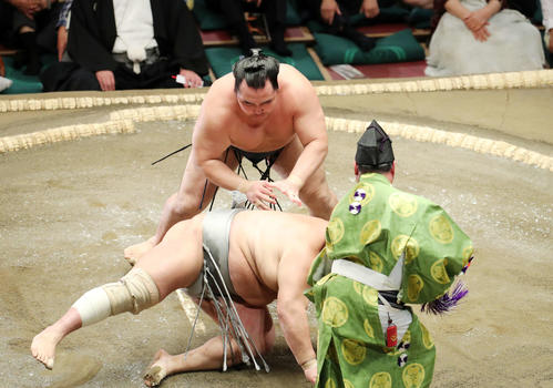 北勝富士(手前)をはたき込みで破る鶴竜(撮影・鈴木正人)