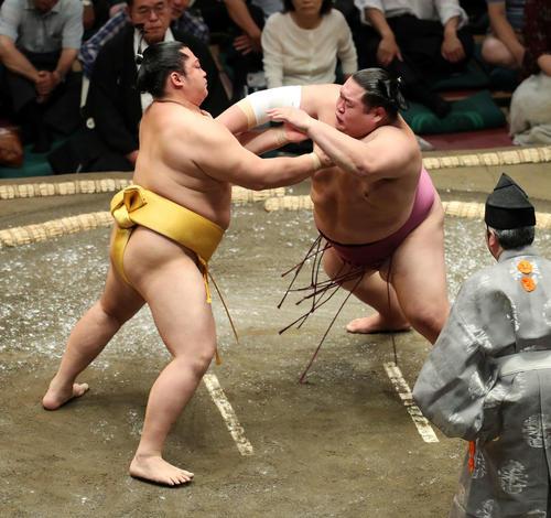 友風(右)を激しく攻める遠藤(撮影・鈴木正人)