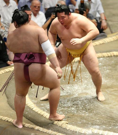 友風(左)を押し出しで破る遠藤(撮影・中島郁夫)