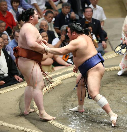 貴源治(左)を押し出しで破る栃煌山(撮影・河田真司)