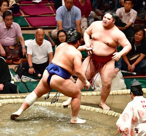 貴源治(右)は栃煌山に押し出しで敗れる(撮影・小沢裕)