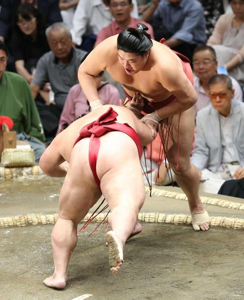 大栄翔(左)をはたき込みで破る阿炎(撮影・河田真司)