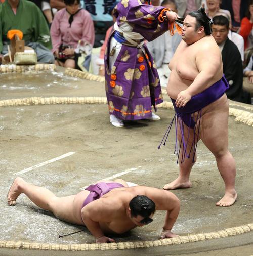 朝乃山(左)をはたき込みで破る貴景勝(撮影・河田真司)
