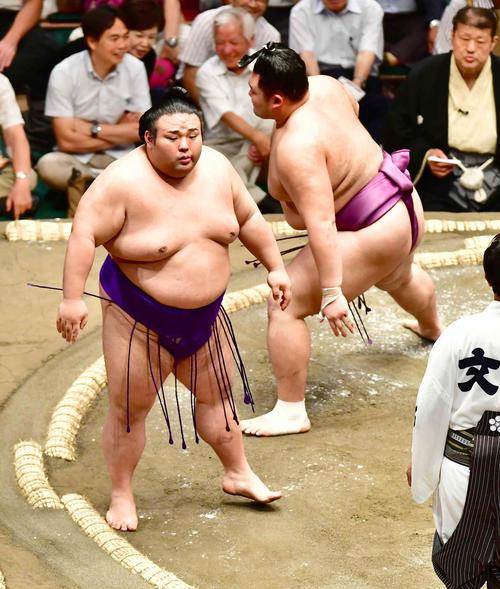 貴景勝(左)は朝乃山をはたき込みで下す(撮影・小沢裕)