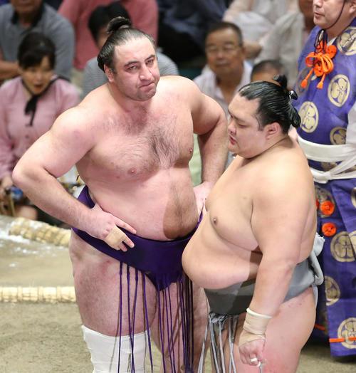 北勝富士(右)との立ち合いが2回合わず、腰に手を当て険しい表情を見せる栃ノ心(撮影・河田真司)