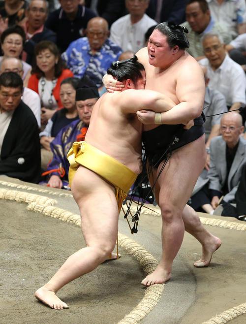 豪栄道(右)を寄り切りで破る遠藤(撮影・河田真司)