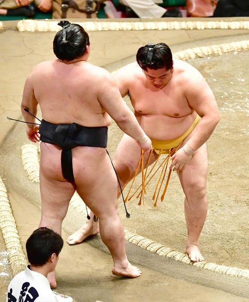 遠藤(右)は寄り切りで豪栄道を破る(撮影・小沢裕)