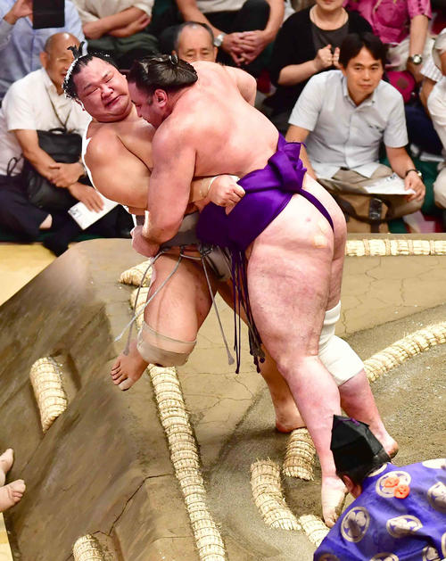 栃ノ心は北勝富士(左)を寄り倒しで下す(撮影・小沢裕)
