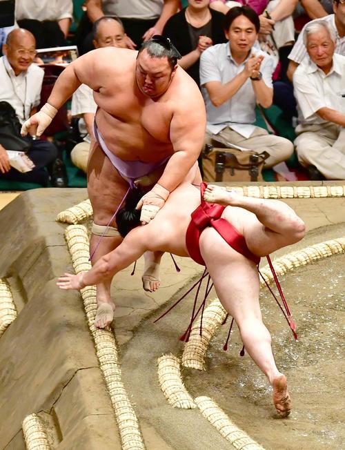 炎鵬(右)は琴勇輝を寄り切りで下す(撮影・小沢裕)