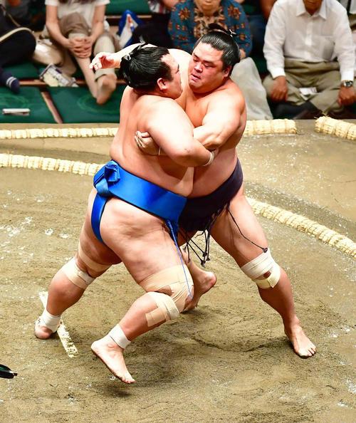 琴奨菊(左)は妙義龍を寄り切りで下す(撮影・小沢裕)