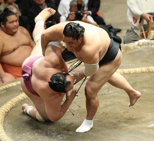 宝富士(左)を小手投げで破る隠岐の海(撮影・中島郁夫)
