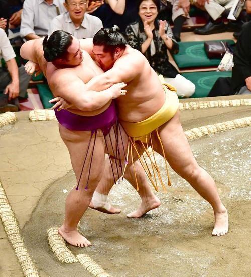 遠藤(右)は朝乃山を寄り切りで下す(撮影・小沢裕)