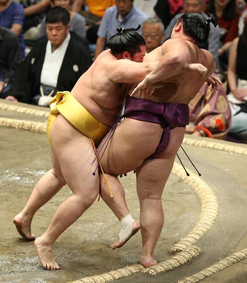 朝乃山(右)を寄り切りで破る遠藤(撮影・中島郁夫)