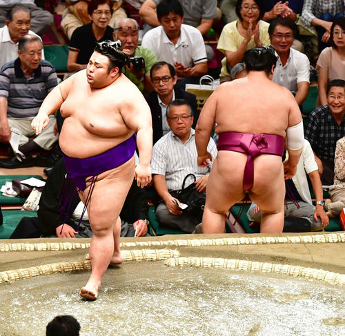 貴景勝(左)は押し出しで友風を下す(撮影・小沢裕)