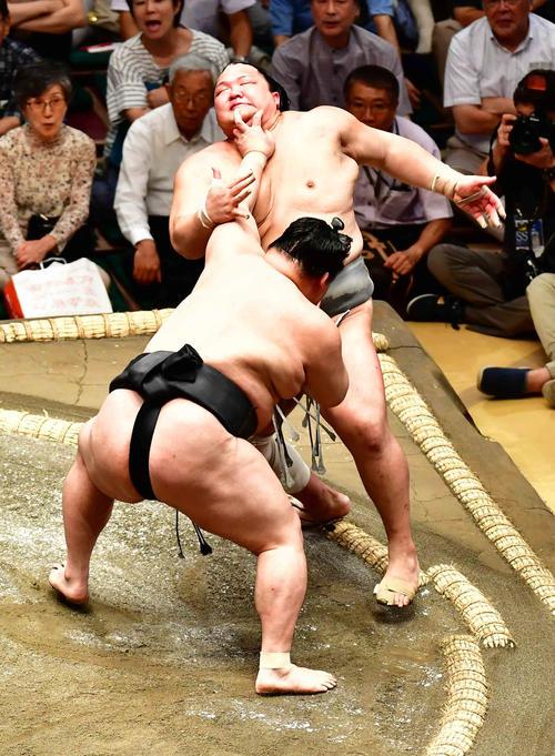 豪栄道(左)は押し出しで北勝富士を下す(撮影・小沢裕)