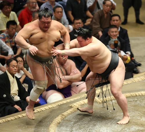北勝富士(左)を押し出しで破る豪栄道(撮影・中島郁夫)