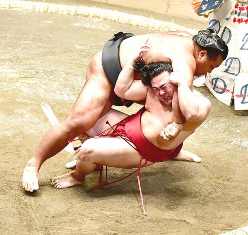 炎鵬(手前)は松鳳山に浴びせ倒しで敗れる(撮影・小沢裕)