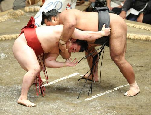 松鳳山(上)の攻めをこらえる炎鵬(撮影・中島郁夫)