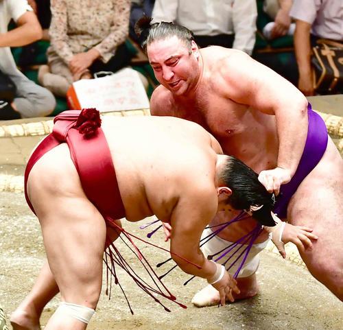 栃ノ心(右)は阿炎のまげをつかみ、反則負けとなる(撮影・小沢裕)