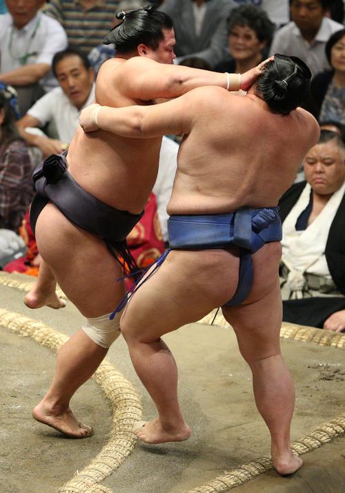 正代(右)を寄り切りで破る妙義龍(撮影・中島郁夫)