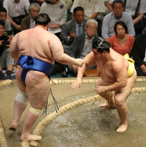 碧山(左)を押し出しで破る遠藤(撮影・河田真司)