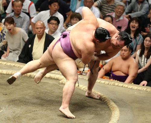 鶴竜(右)を寄り切りで破る朝乃山(撮影・中島郁夫)