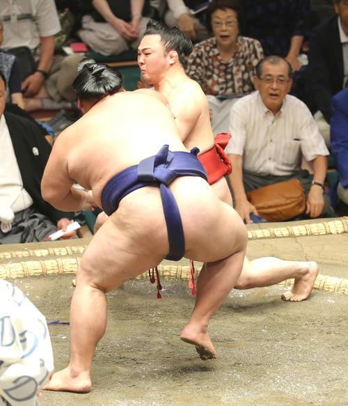 大翔鵬(左)の攻めに耐える炎鵬(撮影・河田真司)