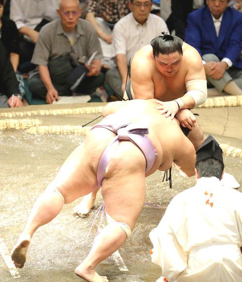 琴勇輝(左)をはたき込みで破る隠岐の海(撮影・河田真司)